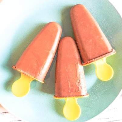 Vegan Chocolate Popsicles - These popsicles received two-thumbs up from the kids. And there's even a secret, high protein ingredient! via @thiswifecooks