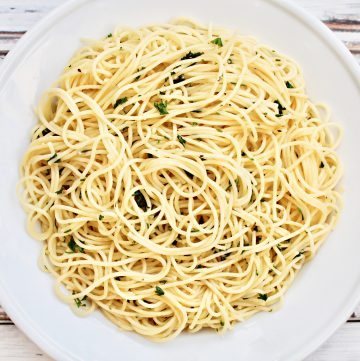Garlic Spaghetti ~ 15 minutes and six simple ingredients. This quick and easy, one-pot, budget-friendly pasta dinner is perfect for busy days!
