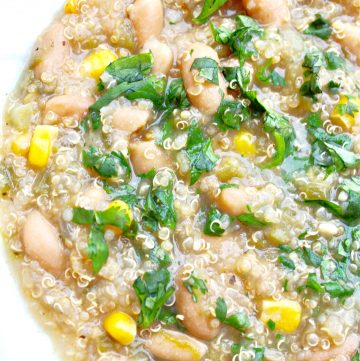 White Bean Chili ~ This hearty and healthy crockpot chili recipe is super simple to make and loaded with good-for-you, budget-friendly ingredients.