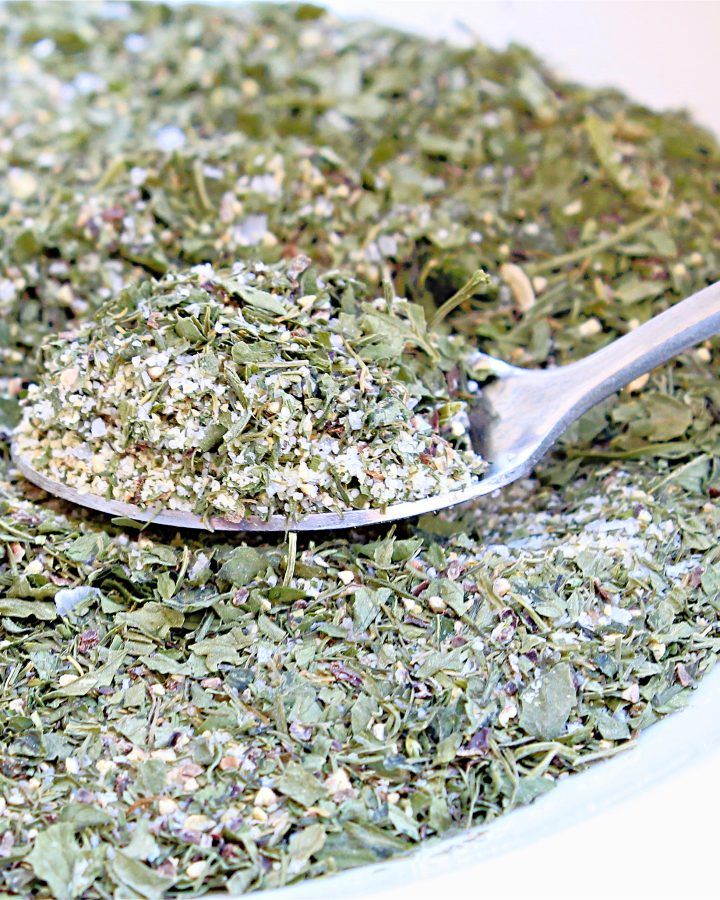 Vegan Ranch Seasoning ~ Got a recipe that calls for a packet of ranch dressing mix? This dairy-free blend is easy to whip up in minutes with just 6 simple ingredients from the spice cabinet.